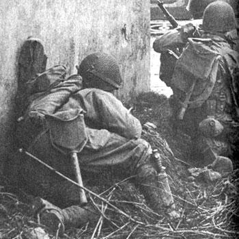 положение ножа на правой голени солдата